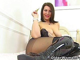 Gorgeous milf Raven from the..